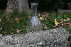 Antik vand karaffel med optiske snoninger, ca. 27,4 cm høj.