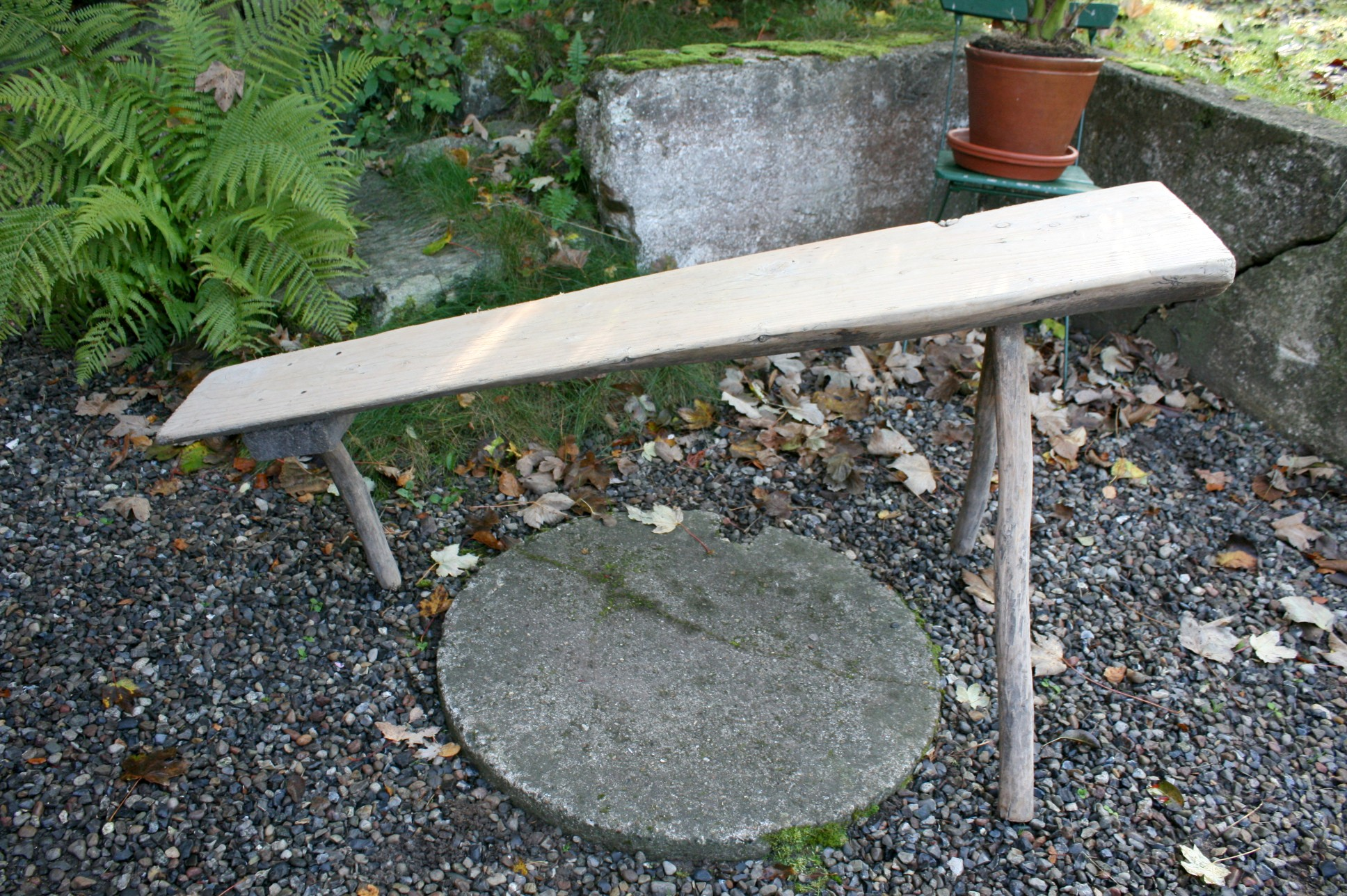 Original antik svensk vaske bænk på 3 ben, kan skæres ned så den står lige.