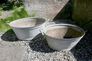 Ovale zinkbaljer med håndtag, velegnet til at plante i.