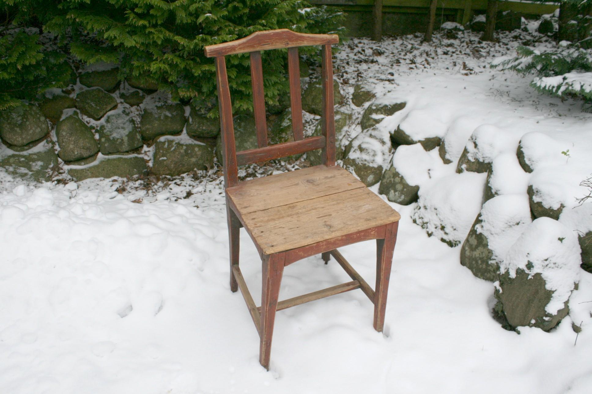 Antik almue stol med bemaling.