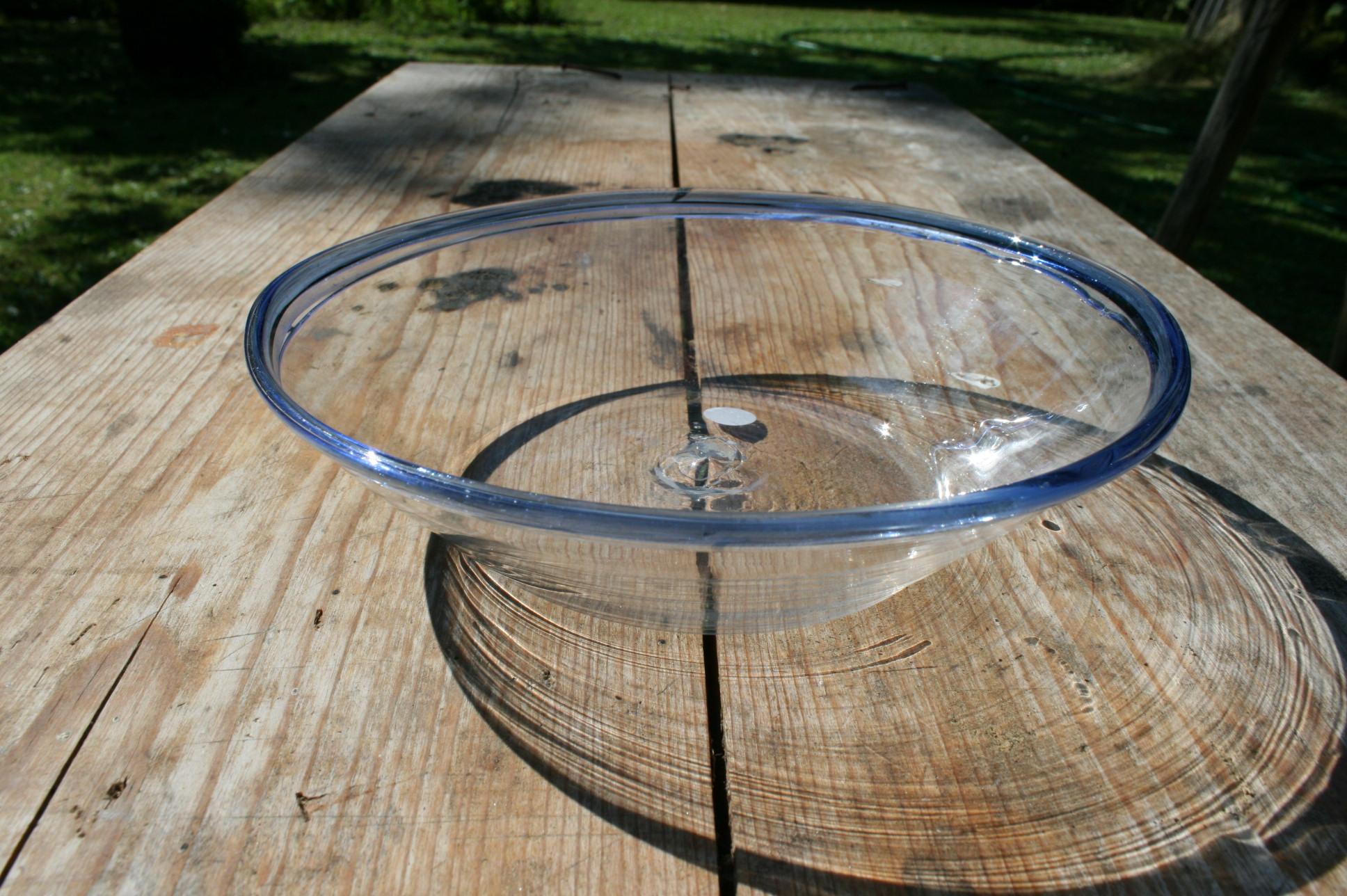 Glas tykmælk skål antik med lys blå kant.