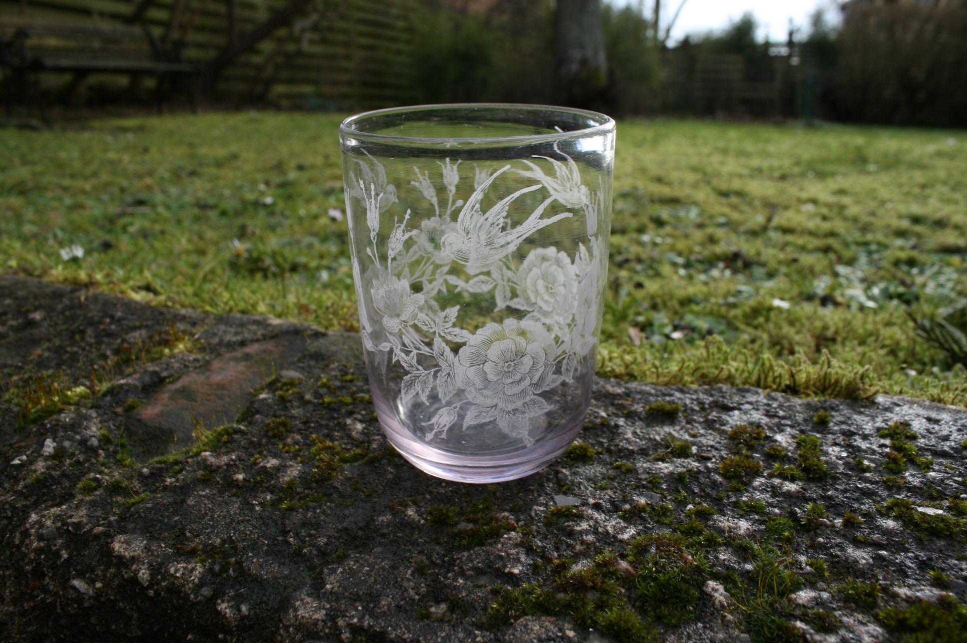 Fint antikt vandglas med ætsninger af roser og svale.