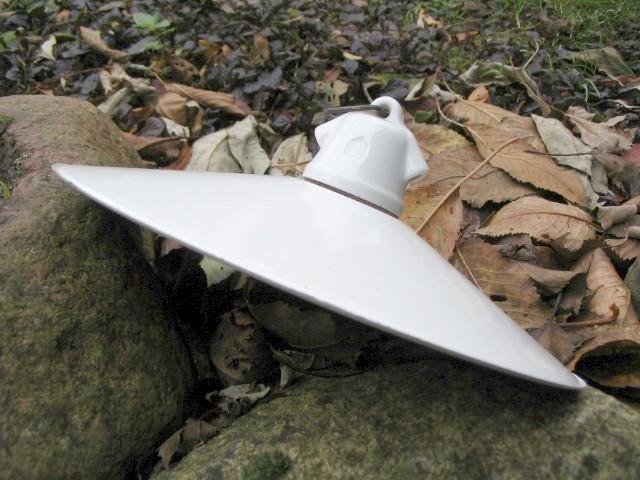 Antik lampe med jernskærm og fatning i porcelæn til inde og ude.