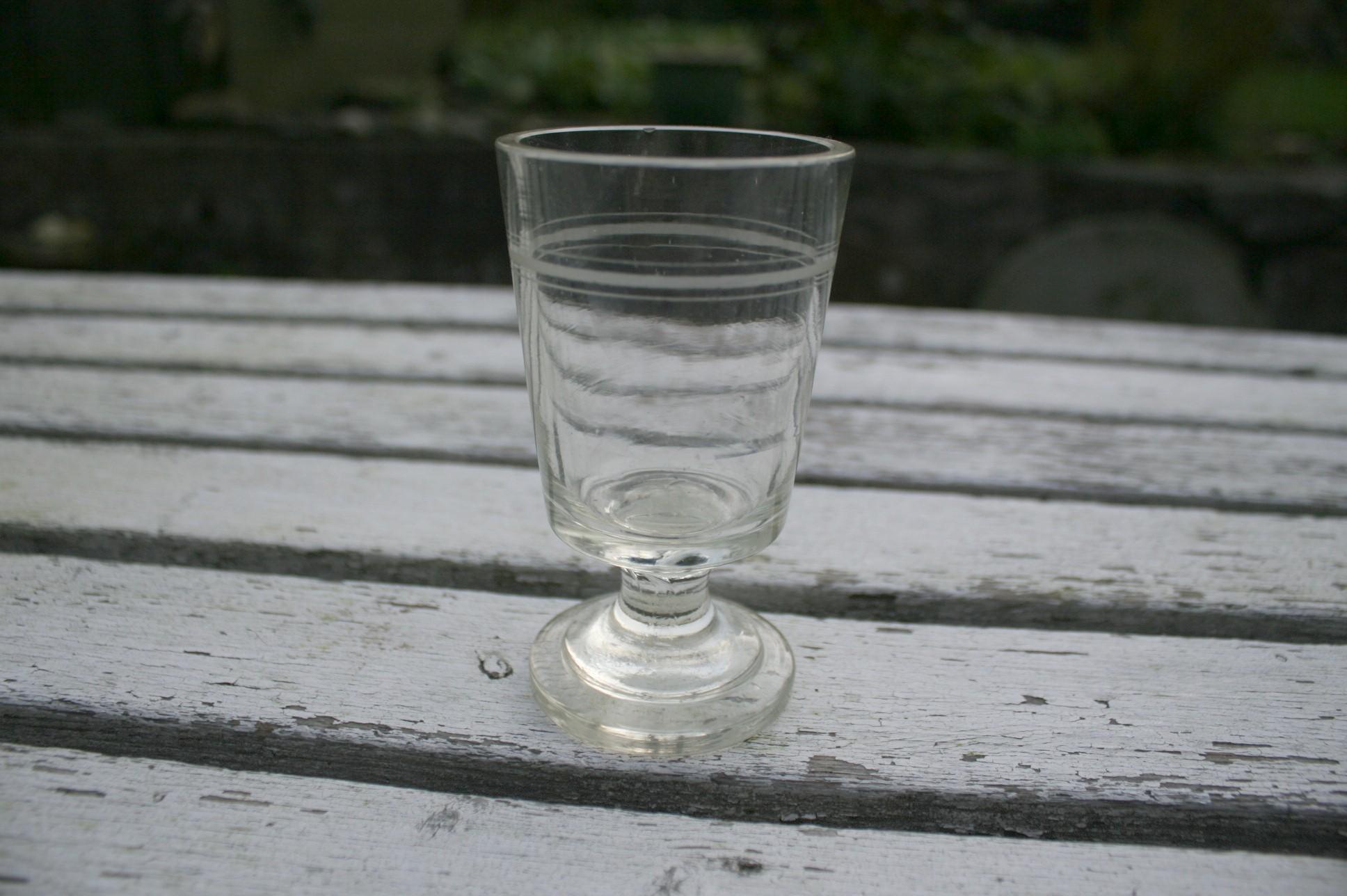 Antikt kraftigt glas med slebne ringe.