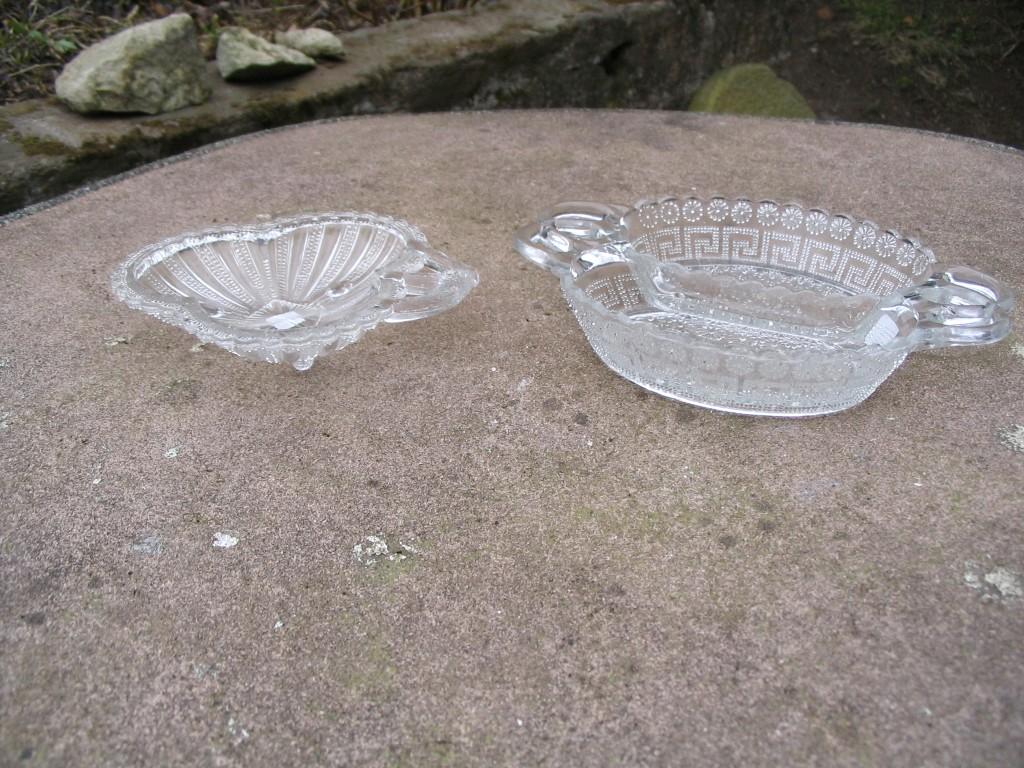 To asietter i presset glas fra Kastrup glasværk. antikke gamle glas