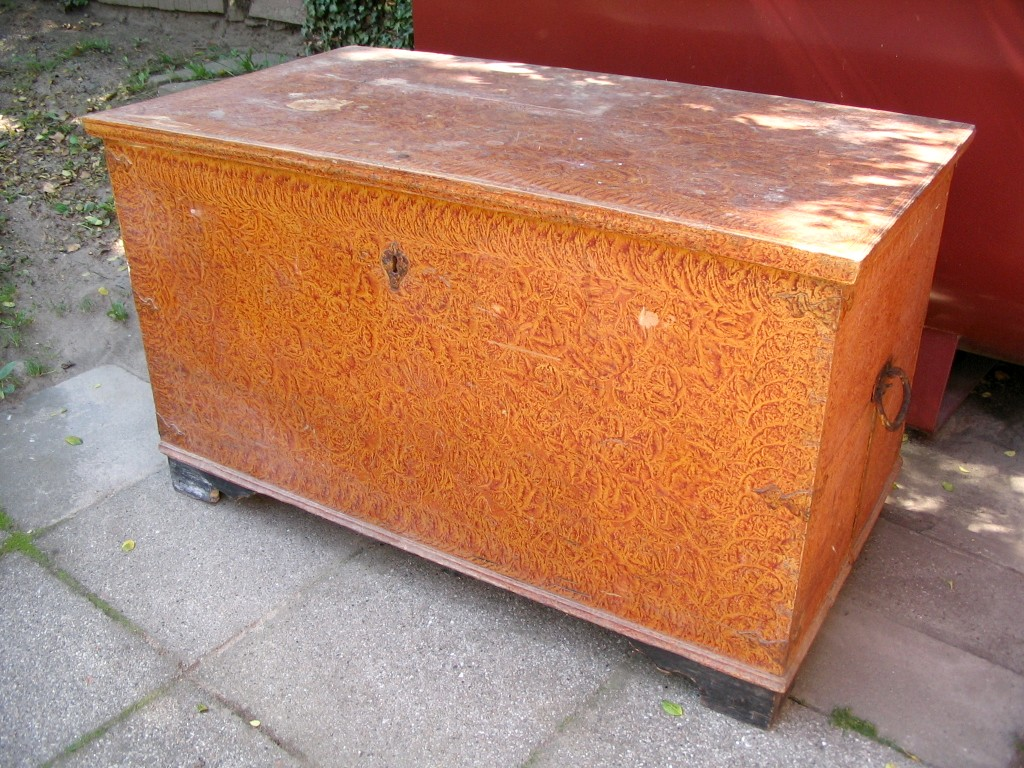 Antik fladlåget kiste
