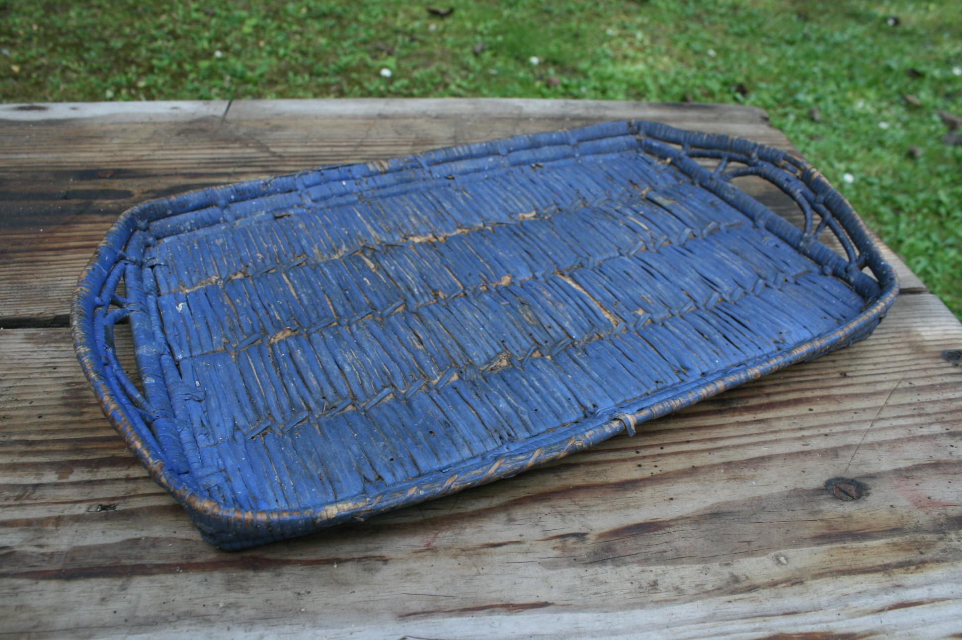Antik flettet bakke med blå bemaling.