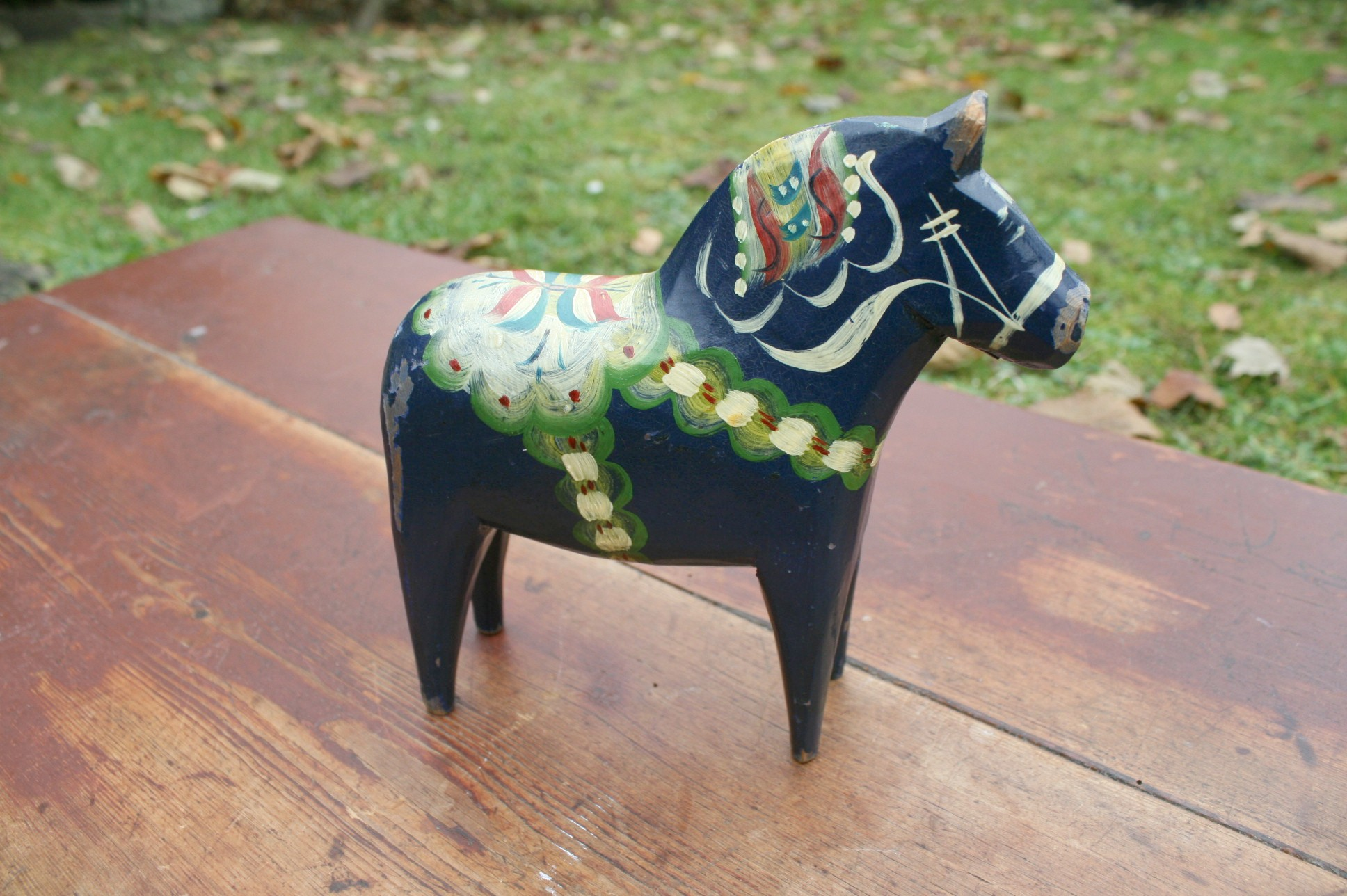 En blå malet dalar hest.