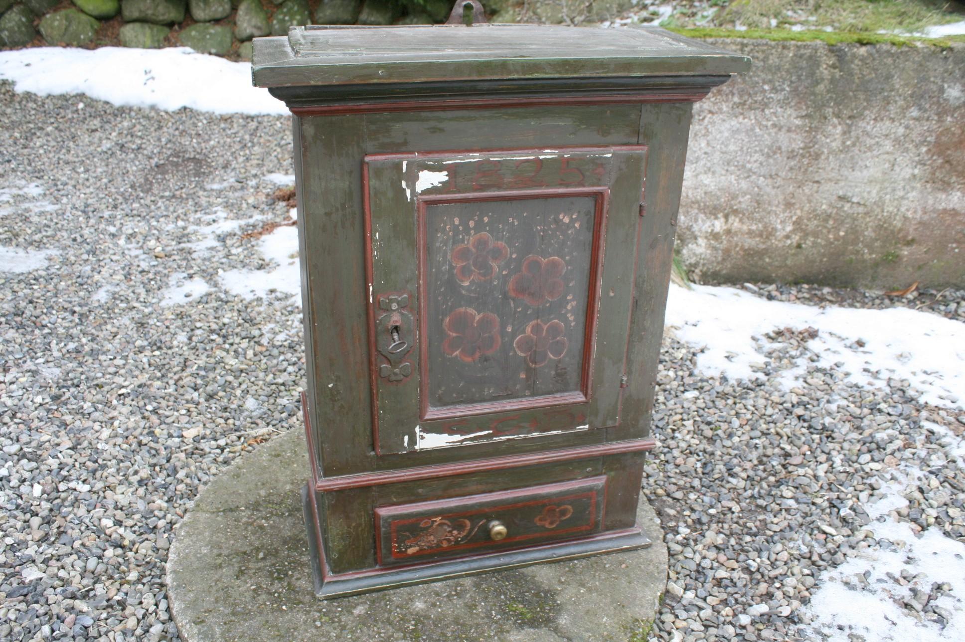 Hængeskab med senere bemaling. antikke små møbler