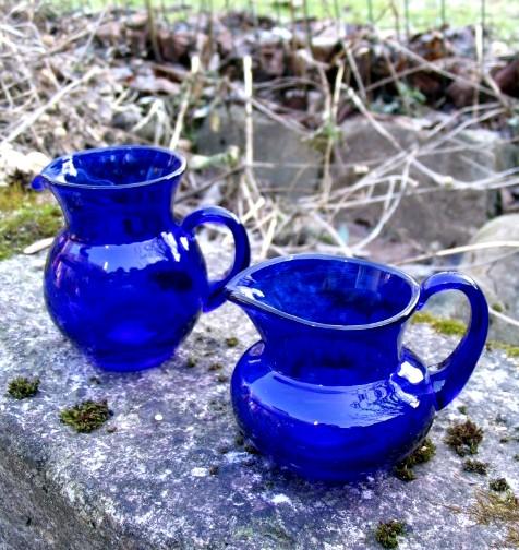 Blå flødekander fra Holmegård glasværk.