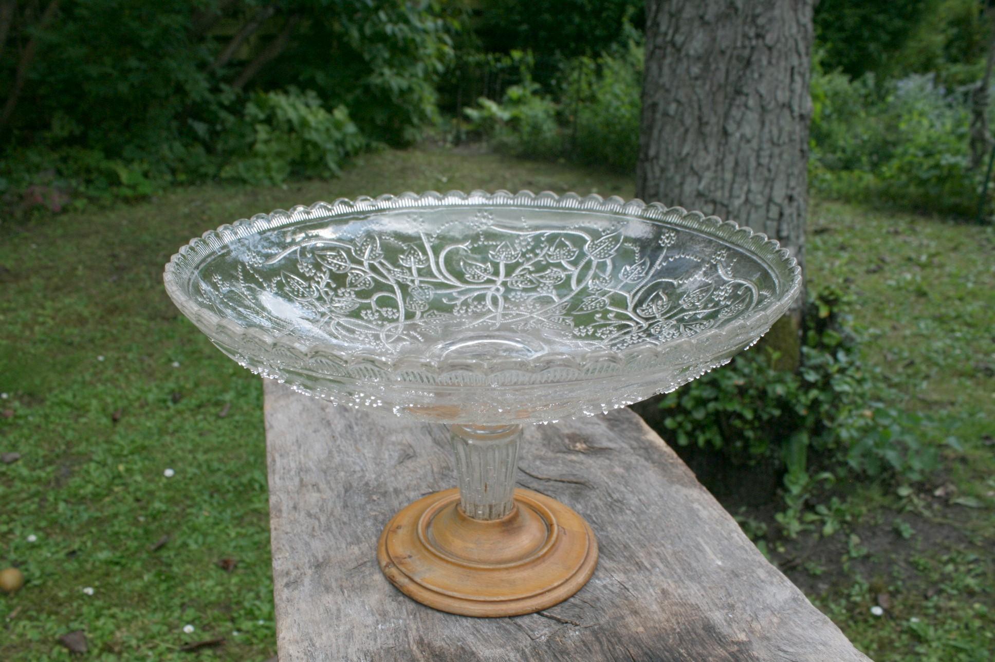 Glasopsats i presset glas på træfod.