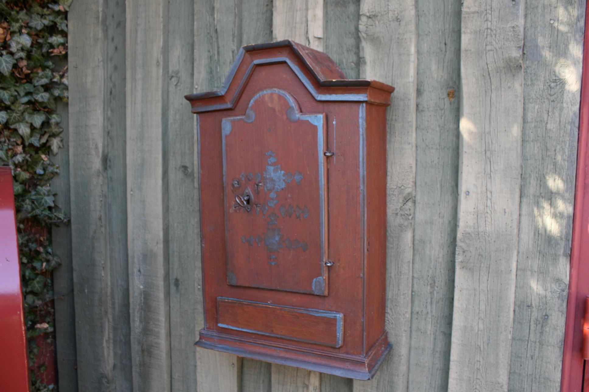 Lille antikt hængeskab dateret 1860.