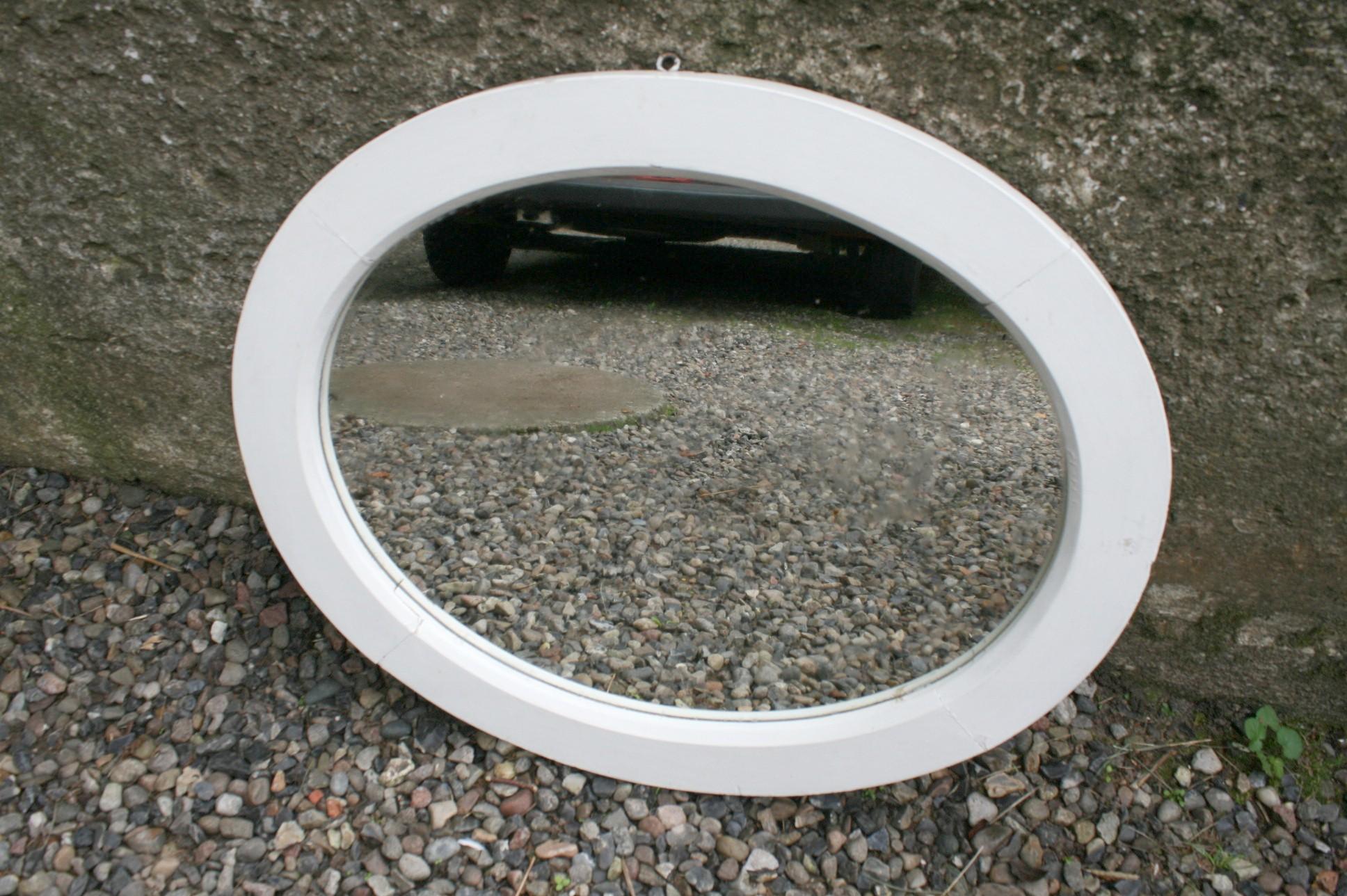 Gammelt ovalt hvidmalet spejl.