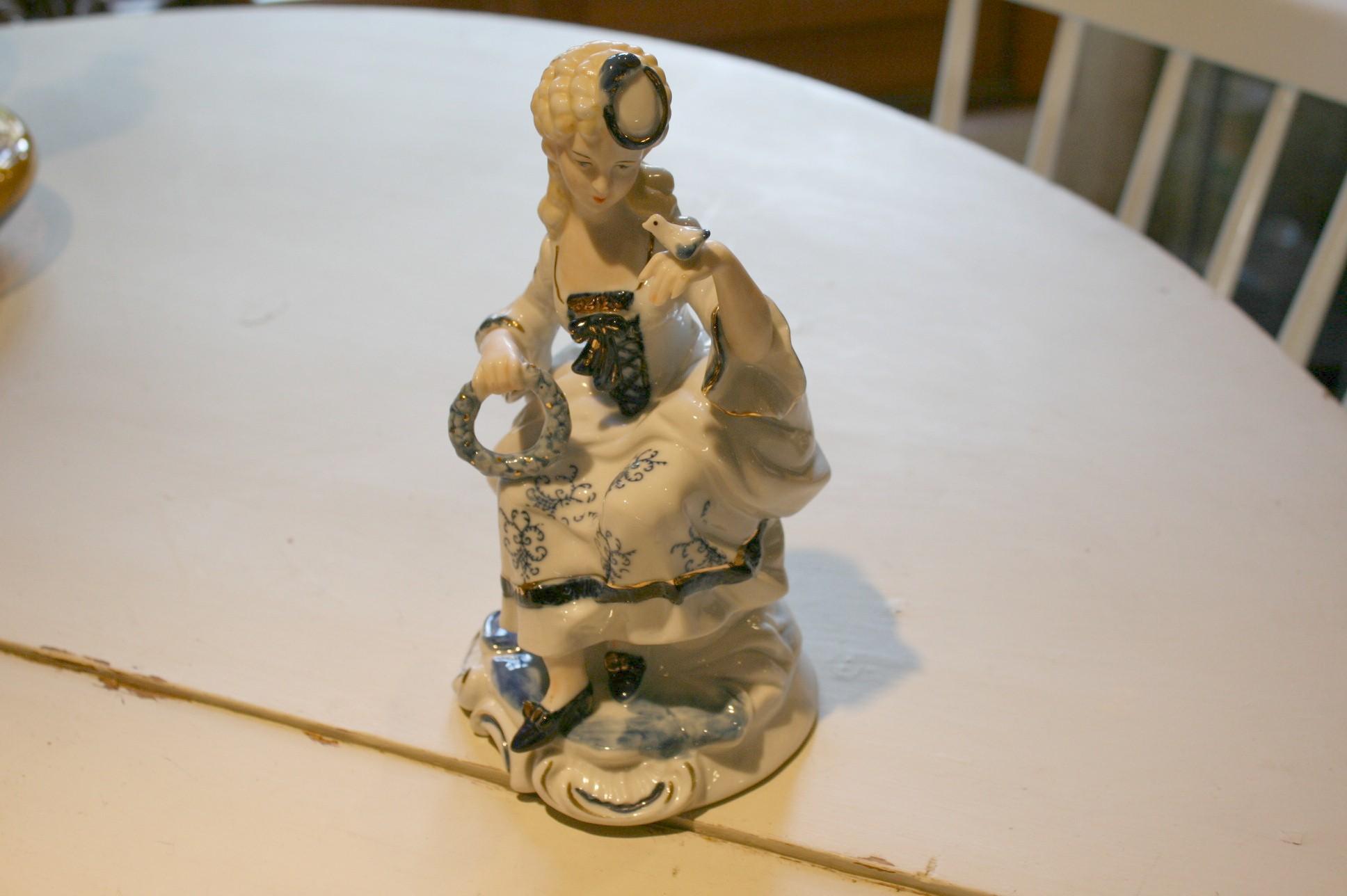Skøn kvinde figur i porcelæn u/stempel.