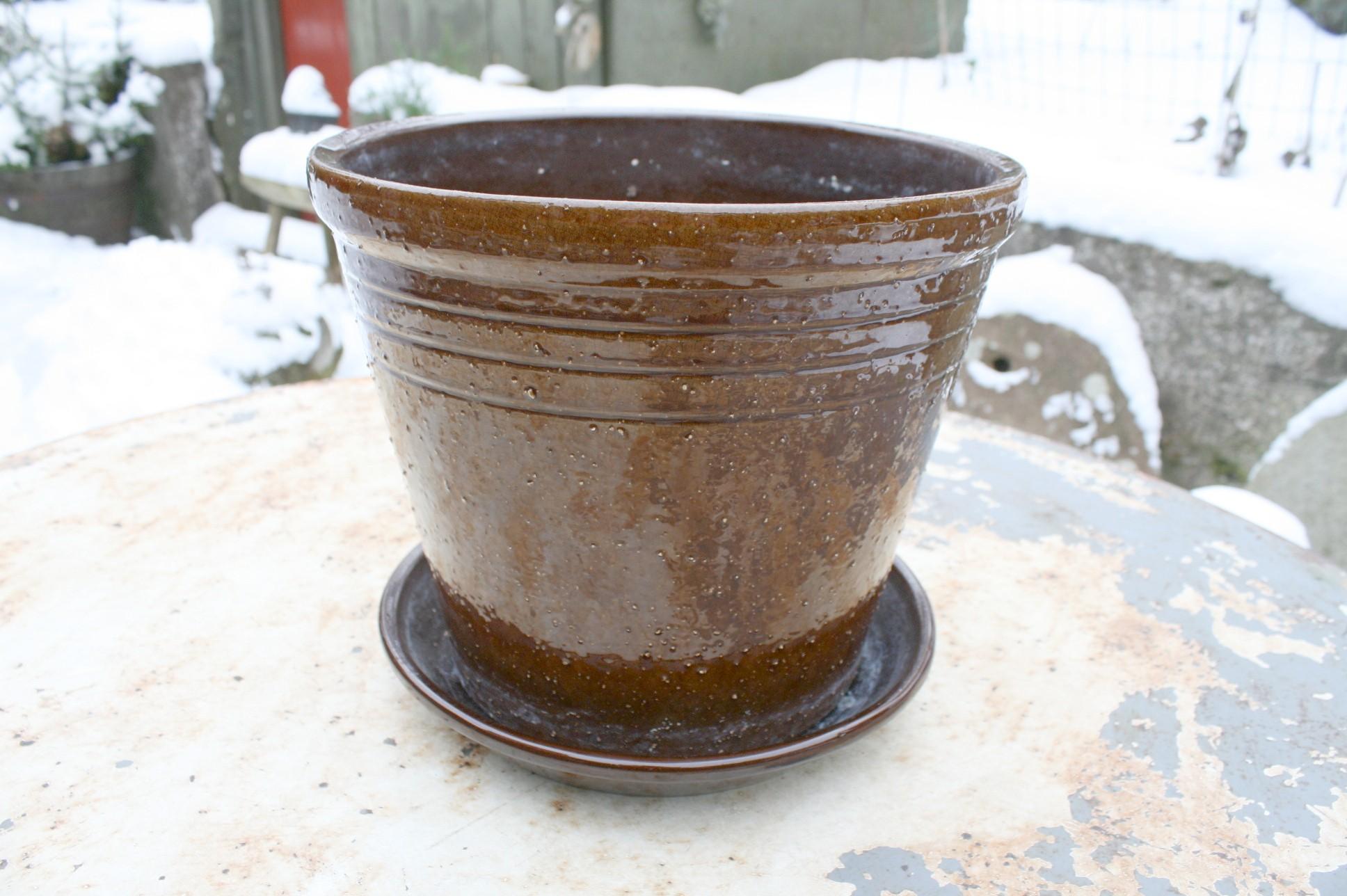 Stor antik brun glaseret med nupper og under skål.