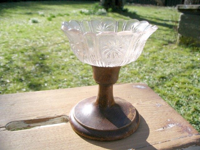 Skønt antikt sukkerfad i presset glas på træfod.