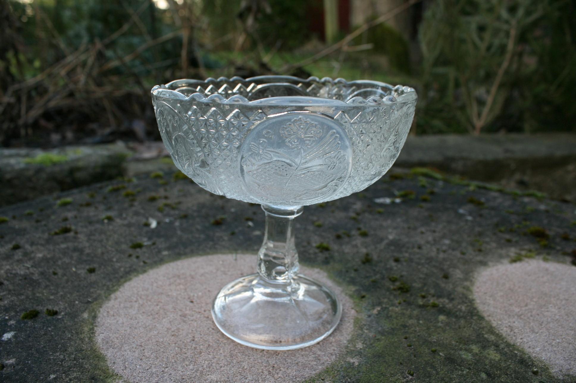 Antik sukkerskål i presset glas.