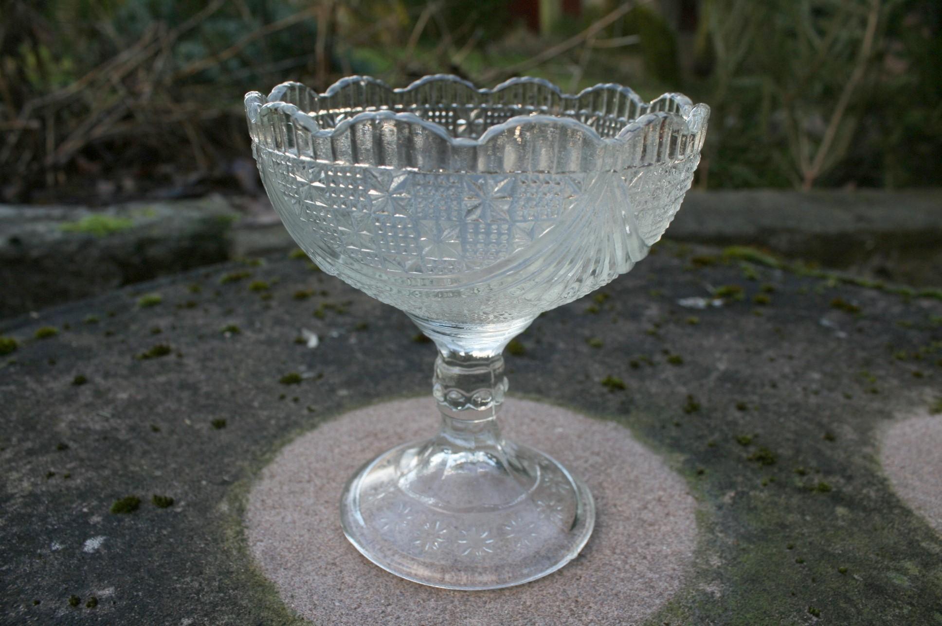 Antik sukkerskål presset glas på fod.