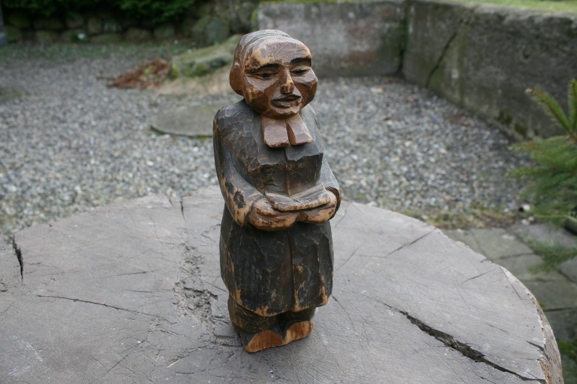 Antik træfigur forestiller præst.