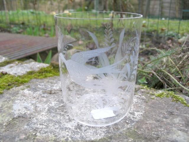 Svensk antikt vandglas med slibninger af fugl og blomster.
