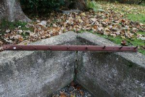 Fin antik knagerække med bemaling, ca. 115 cm lang.