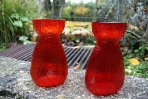Et par røde hyacintglas fra Kastrup/Fyn glasværk, de er aldrig helt ens i farven og er alle derfor unikke, Ca. 14,4-14,6 cm høje.