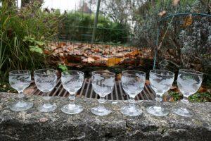7 antikke egeløvsglas af forskellig oprindelse, ca. 9,7 - 12,2 cm høje.