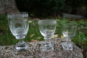 3 stk. gamle glas med firkantet fod, ca. 7,4-8,5 cm høje.