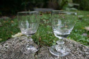 2 vinglas af tøndeform, ca. 11,3 og 11 cn høje.