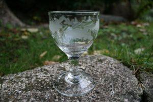 Antikt egeløvsglas, ca. 10,8 cm højt.