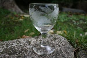 Antikt egeløvs dekoreret vinglas, ca. 11,4 cm højt.