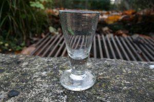 Antikt frimure glas også kaldet nøgen jomfru, ca. 9,8 cm højt.