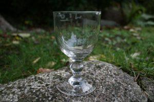 Antikt vinglas med mål angivelse, ca.11,2 cm højt.