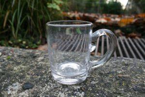 Lille antikt krus i glas, ca. 7,3 cm højt.