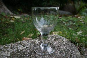 Antikt vinglas med lige stilk angiveligt fra Conradsminde, ca.225 kr.