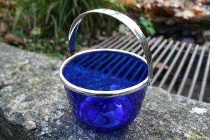 Gammel blå sukkerskål med hank, ca. 7 cm høj u/ hank.