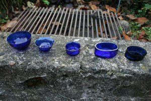 5 små blå gamle saltkar.