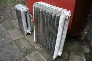 Et par skønne radiatorer fra skønvirke tiden omkring 1900, ca.65x40 og 80x65 cm.