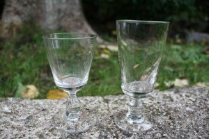 2 antikke glas minder om modellen wellington, ca. 11 og 13 cm høje.