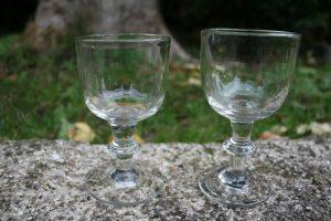 2 uslebne vinglas med knap, ca. 11,5 og 12,3 cm høje.