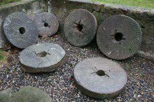 Fine antikke danske møllesten, ca. 44-57 cm i diameter. Pris pr. stk. hvis flere, en bedre pris. gamle-antikke-havemoebler-haveting
