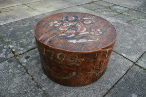 Skøn antik rund æske med årstal 1792 og bemalig, c. 38 cm Ø og 22,5 cm høj.