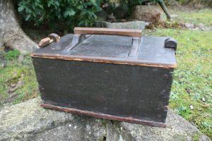 Fin antik tejn kasse med låg og håndtag, ca.43x27x20 cm.
