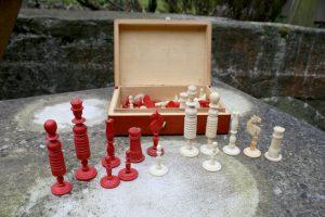 Fine mindre skakbrikker i rød og hvid ben eller elfenben.
