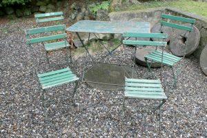 Skønt antikt rustikt havemøbelsæt i jern og træ, stole kan klappes helt sammen og bord klappes så det bliver flat, bord ca. 100x60x70 cm.
