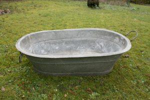 Fint lille zinkbadekar med hanke, ca. 83x45x23 cm.