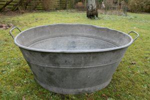 Fint stort ovalt zinkbalje med hanke, ca. 83x59x36 cm.
