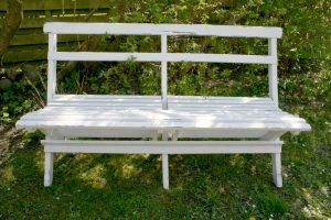 Gammel hvidmalet havebænk til at klappe sammen, ca. 140 cm. lang.