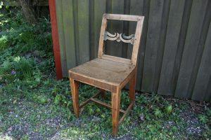 Fin antik almue stol med fin patina, sæde højde 43 cm.