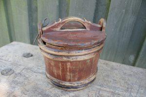 Lille antik træbøtte med låg og bemaling, ca. 17 Ø og 15 cm høj.